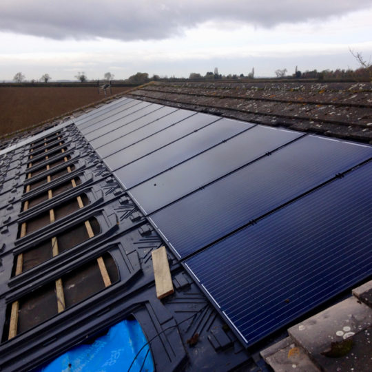 https://www.bluedotroofing.uk/wp-content/uploads/2018/01/Solar-panels-12-540x540.jpg