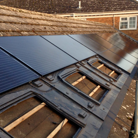 https://www.bluedotroofing.uk/wp-content/uploads/2018/01/Solar-panels-13-540x540.jpg