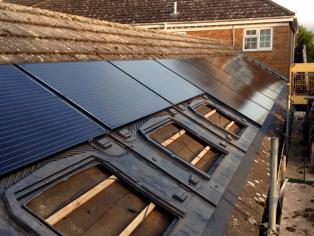https://www.bluedotroofing.uk/wp-content/uploads/2018/01/Solar-panels-13.jpg