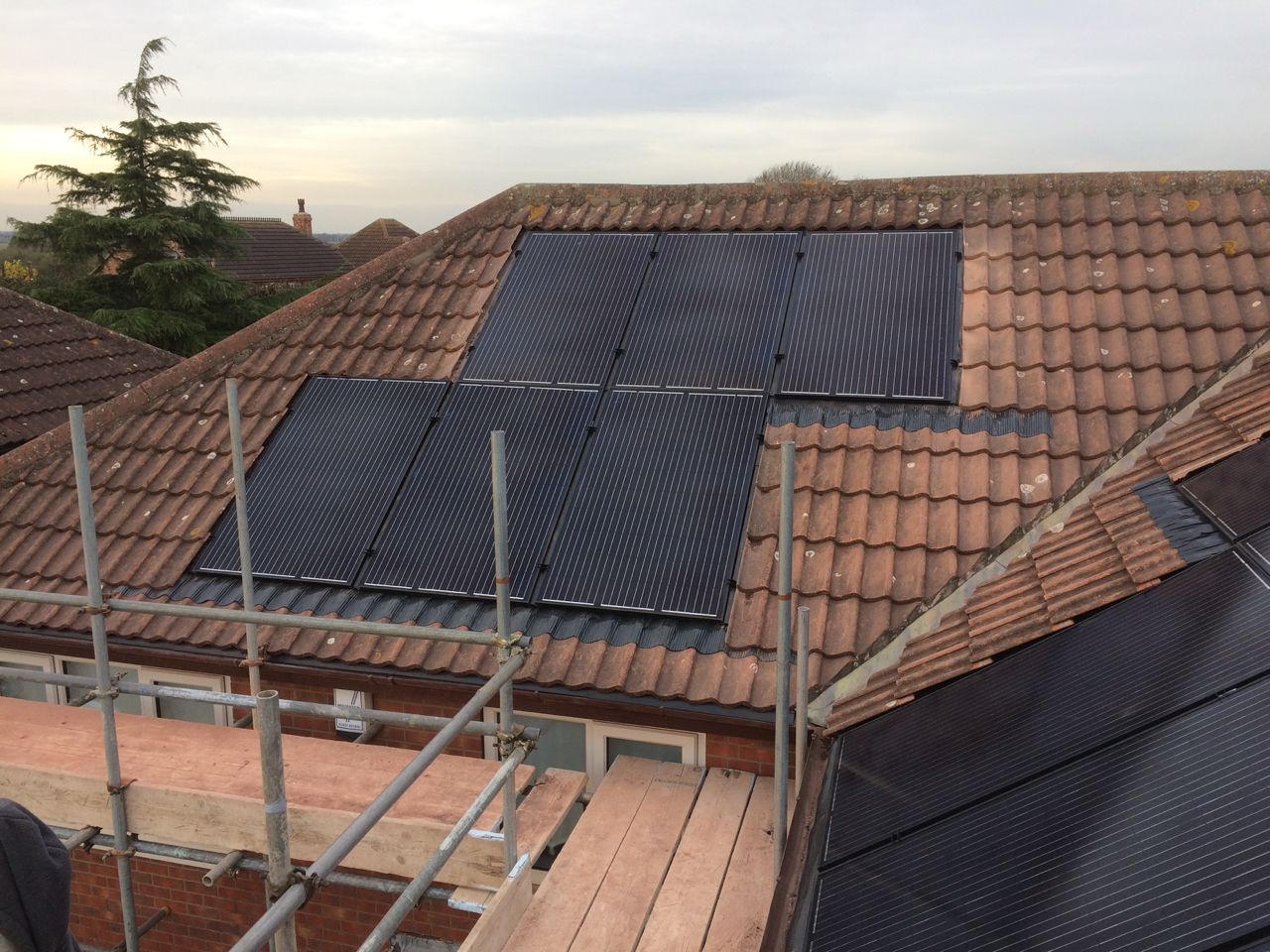 https://www.bluedotroofing.uk/wp-content/uploads/2018/01/Solar-panels-25.jpg