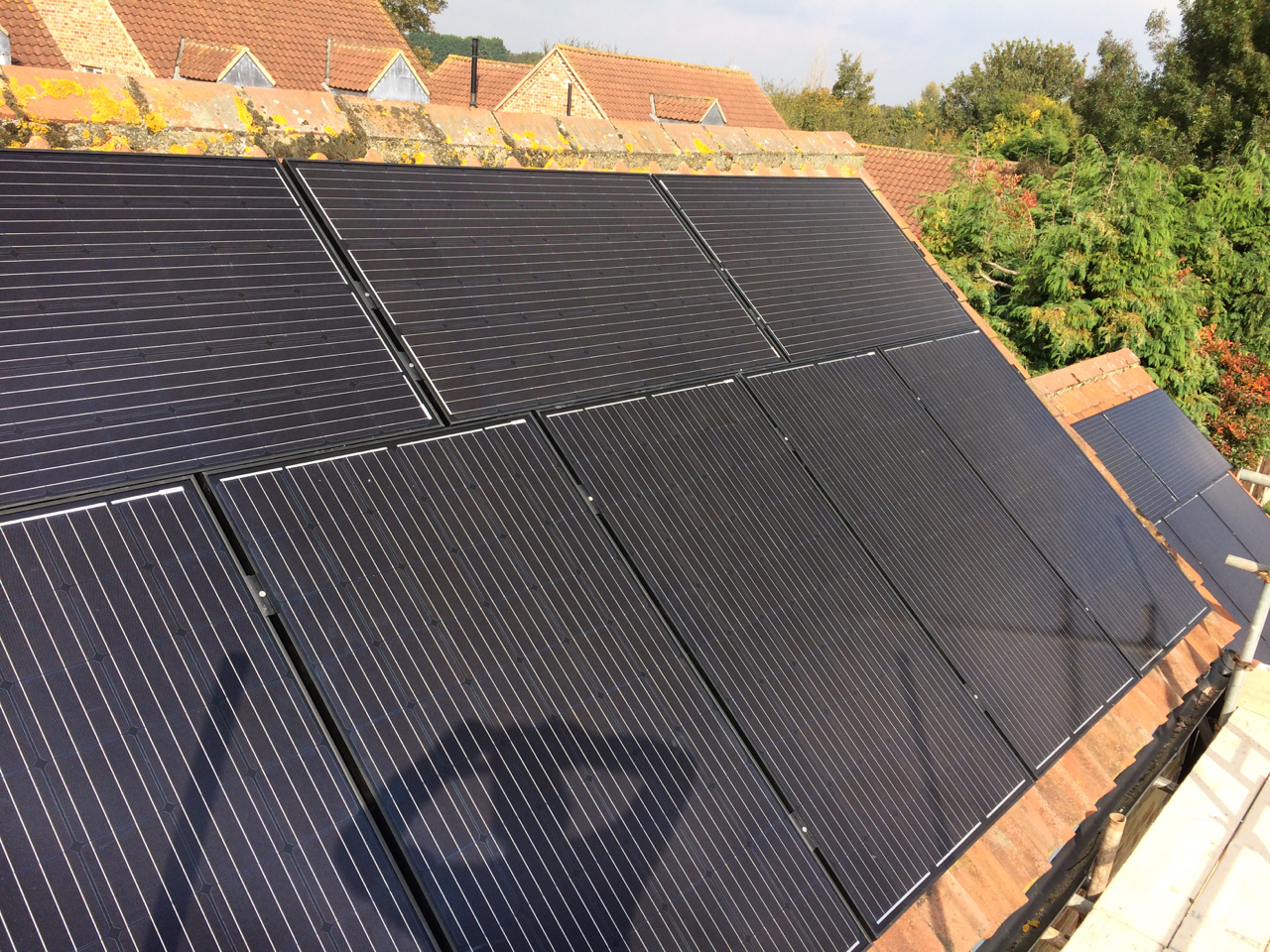 https://www.bluedotroofing.uk/wp-content/uploads/2018/01/Solar-panels-37.jpg